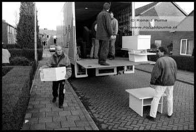 Het dorp Ooij moest worden geëvacueerd, bewoners nemen hun bezittingen mee in een verhuiswagen (1995).