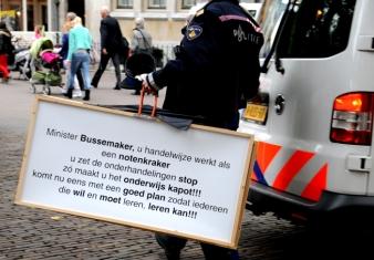 Protestborden worden door de politie meegenomen.