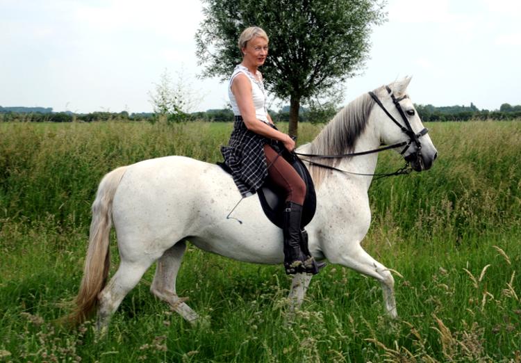 Vrouw op paard (C) Ronald Puma 01.750