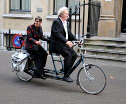 Minister Kleinsma arriveert per fiets.
