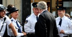 Minister Opstelten maakt een praatje met de politie.