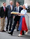 Premier Rutte wordt gevraagd kaas te promoten bij de toeschouwers,