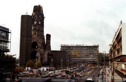 De Gedächtniskirche in West-Berlijn werd in de Tweede Wereldoorlog zwaar beschadigd, de ruïne is na de oorlog als monument blijven staan.