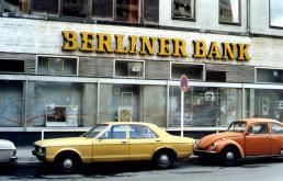 Een beschadigd bankgebouw na rellen.