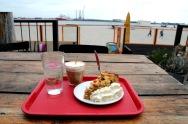 Appeltaart met slagroom, koffie verkeerd en een glas water met ijs. (Timboektoe).