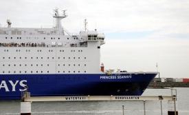 De ferryboot vaart de haven van IJmuiden uit richting het Engelse Newcastle.