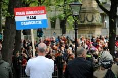 Demonstreren is niet toegestaan in groepsverband, er lopen enkele individuele demonstranten door de stad.