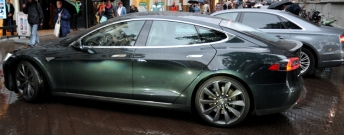 Luxe auto's staan klaar voor de bewindslieden.