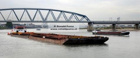 Duwbak vaart richting Duitsland. Schepen kunnen minder lading vervoeren door de lage waterstand.
