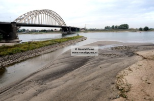 Waalbrug. Zandbank bij de monding van een zijarm van de Waal naar 't Meertje.