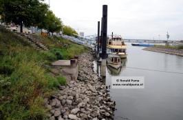 Waalkade. De Pannenkoekenboot van Nijmegen ligt ver beneden de kade.