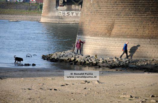 Het is door de lage waterstand mogelijk om rond een brugpijler te lopen.