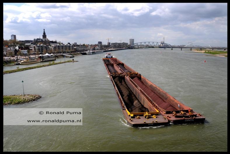 zesbaks duwboot op de Waal Nijmegen (C) Ronald Puma