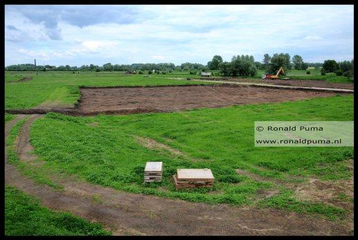 De uiterwaarden van de Waal, grond wordt afgegraven...