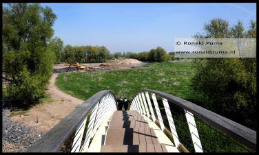 Voorgrond: brug over 'Het Meertje' richting het gemaal van de Ooijpolder.