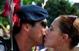 Soldaat kust zijn vriendin.