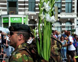 Soldaat met bloemen.
