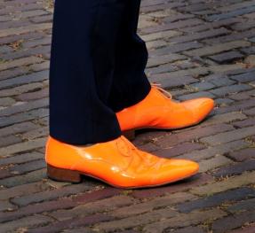 Oranje schoenen. © Ronald Puma