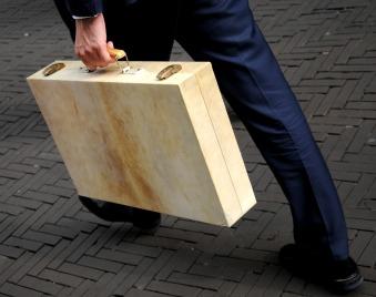 Koffertje van minister Dijsselbloem. © Ronald Puma