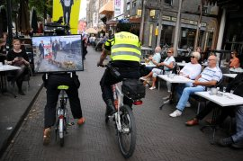 De enige demonstrant wordt door de politie gehinderd. © Ronald Puma