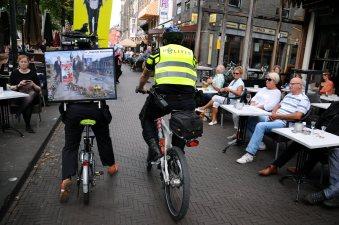 De enige demonstrant wordt door de politie gehinderd. © Ronald Puma Demonstrant Elise Leijten (1962-2018) die ieder jaar politici vragen stelde.