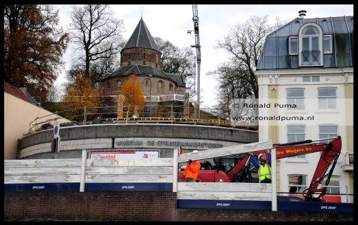 Op de achtergrond de Stratemakerstoren en daarboven de st Nicolaaskapel in het Valkhofpark.