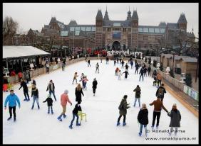 Schaatsen, met op de achtergrond het Rijksmuseum.