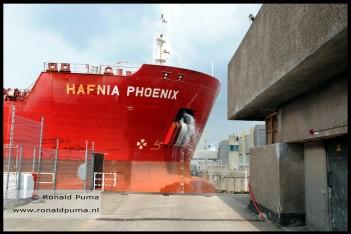 Groot schip vaart de Noordersluis binnen.