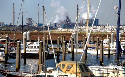 De jachthaven van IJmuiden. Op de achtergrond de staalfabriek in Velsen.
