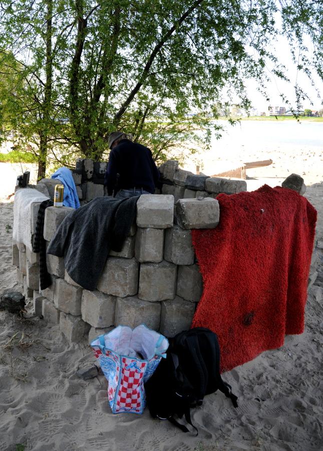 PIC_0038.B.900 Dakloze bouwt huis onder Waalbrug