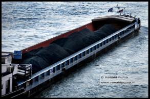 Schip geladen met kolen.