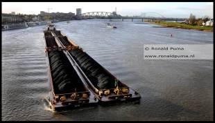 Schip met kolen vaart over de Waal naar Duitsland.