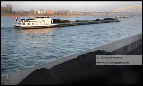 Schepen met kolen op de Waal bij Nijmegen.