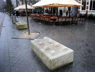 Betonblokken op de stoep voor de terrassen tegen terrorisme op het Rokin.