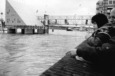 Waalkade Nijmegen. Archieffoto uit 1995 toen de waterstand zeer hoog was. Toen is men begonnen met ingrijpende maatregelen tegen extreem hoog water (hier te zien: https://wp.me/pxVaI-16U).