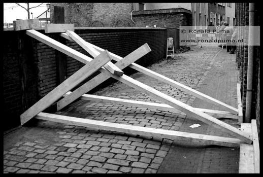 Achter de Waalkade is een muur gestut tegen de waterdruk (1995).