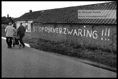 Protest tegen de dijkverzwaring.