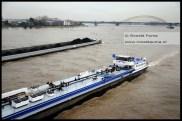 Veel scheepvaart, in Duitsland is op sommige delen van de Rijn een vaarverbod.