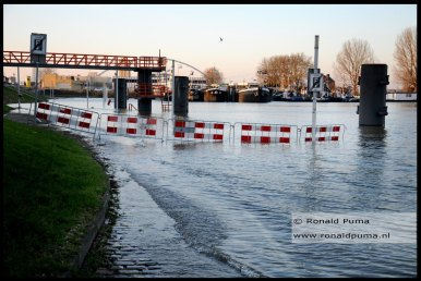 De kade van de Waalhaven is overstroomd.