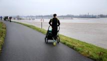 Joggen langs de Waal met buggy.
