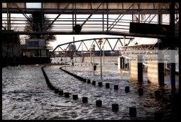 Archieffoto uit 2002, het water van de Waal staat op de kade. Het gebouw rechts is afgebroken. (Zie volgende foto in 2018).