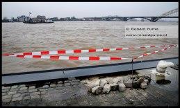 Op enkele plaatsen is zand weggespoeld en zijn stenen losgekomen. De gemeente Nijmegen laat dit repareren.