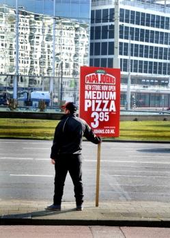 De nieuwe 'banen', met een bord langs de weg staan.....(er stonden 3 mannen).