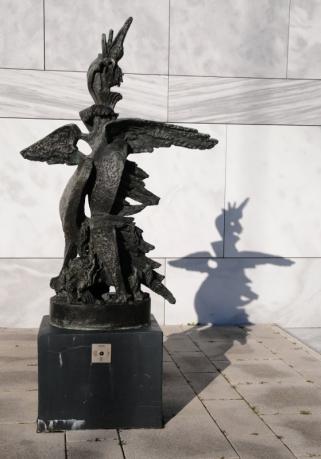 Phoenix Feniks, kunstwerk van de kunstenaar Zadkine. Feniks is een mythologisch figuur die telkens uit zijn as herrees.