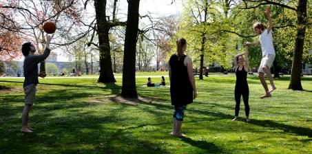 Een nieuwe uitdaging: over een spanband die tussen twee bomen is vastgemaakt lopen.