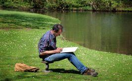 Tekenaar geconcentreerd aan het werk.