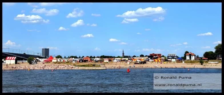 Aan de overkant van de Waal is Festival op 't Eiland met culturele activiteiten.