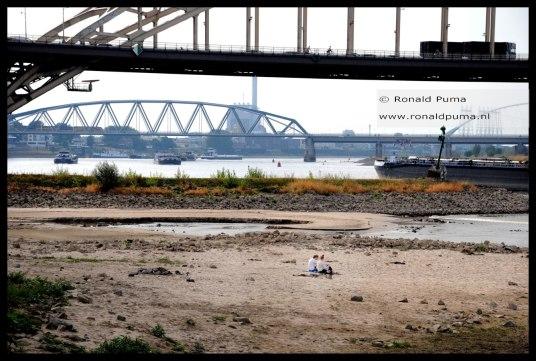 Waalbrug op de voorgrond, daarachter de spoorbrug.