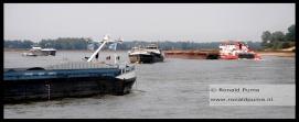 Het is druk op de Waal, schepen kunnen minder lading vervoeren door de lage waterstand en de diepgang van de schepen.