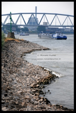 Keien liggen langs een rivierkrib.